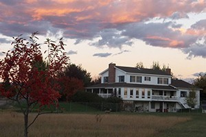 Bitterroot River Bed & Breakfast - on the river :: Overlooking the Bitterroot River, our 4-suite B&B enjoys a country setting, ideal for those seeking solitude, yet close to fine dining, hiking & attractions. $99-$155/night.