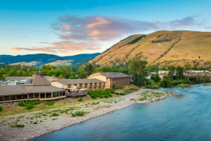 DoubleTree by Hilton - downtown Missoula :: Overlooking the Clark Fork River, you'll savor the plush bedding, double vanities, and famed dining at our Finn & Porter Restaurant. Pet friendly and just 3 blocks to U of M.